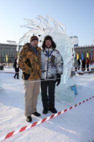 Александр Парфенов и Алексей Вербицкий у своей скульптуры в Хабаровске.