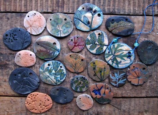 Оригинальные кулончики с отпечатками растений